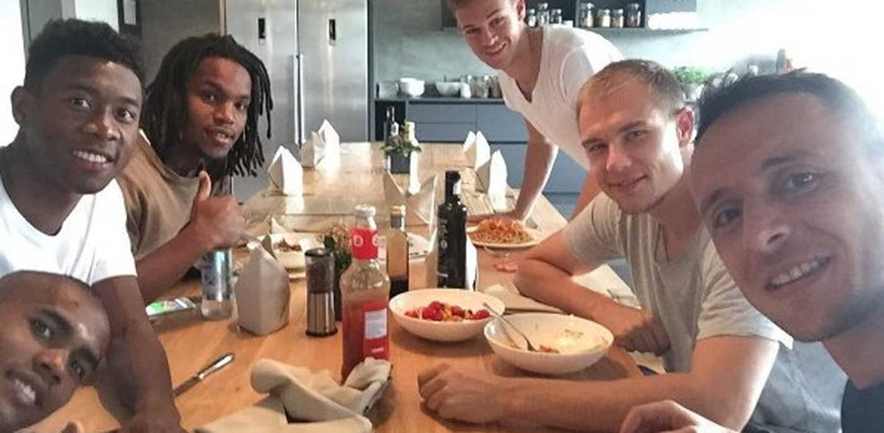Renato Sanches à mesa com colegas do Bayern