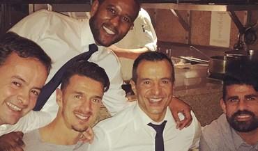 José Fonte à mesa com Diego Costa e... Jorge Mendes
