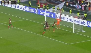 Samuel abriu os braços e... penálti para o Benfica