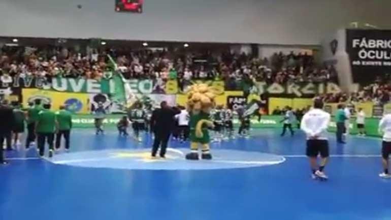 Adeptos e jogadores do Sporting cantam 'O Mundo Sabe Que'