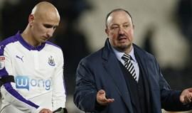 Newcastle reduzido a nove perde com autogolo a fechar