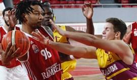 Benfica triunfa nos Açores e segue isolado na frente