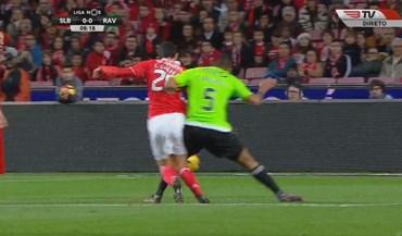 Benfica pediu penálti neste lance