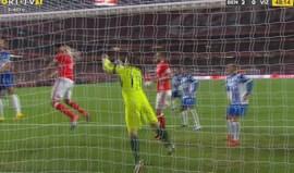 Lisandro López 'teve cabeça' para o segundo golo do Benfica