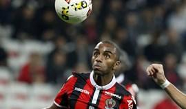 Nice cai diante do lanterna-vermelha Lorient