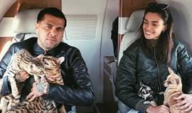 Dani Alves viaja com a namorada... os cães e os gatos