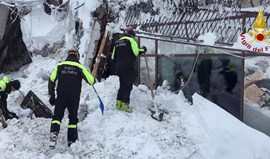 Avalanche em Itália: Seis pessoas encontradas vivas entre os escombros do hotel