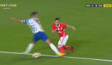 Benfica pediu penálti neste lance... Manuel Oliveira marcou falta fora da área