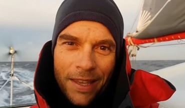 Velejador francês bate recorde mundial da volta ao mundo sem escalas e assistência