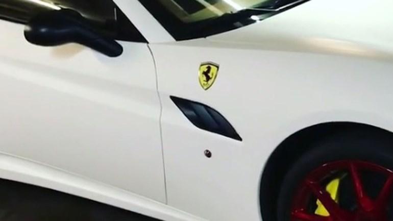Alan Ruiz deu a conhecer o seu Ferrari... branco