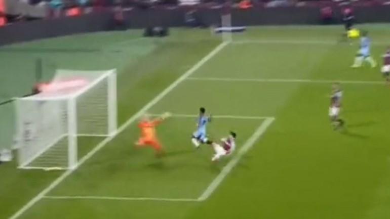 Sterling ia marcar mas o defesa do West Ham... quis ser o autor do golo