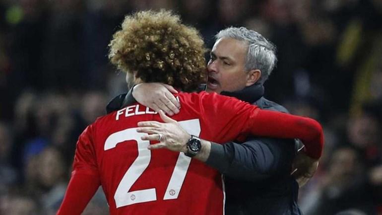 Fellaini fica mais um ano no United e bem pode agradecer a Mourinho