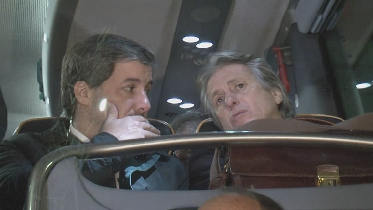 Jorge Jesus e Bruno de Carvalho juntos à saída do estádio
