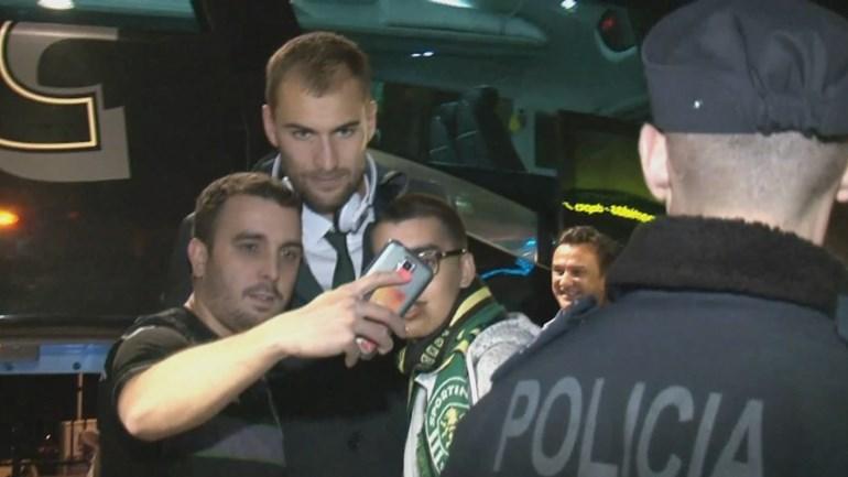Equipa do Sporting esperada por alguns adeptos no aeroporto