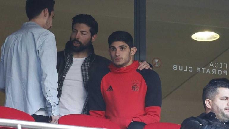 Gonçalo Guedes assistiu à goleada do Benfica num local pouco habitual