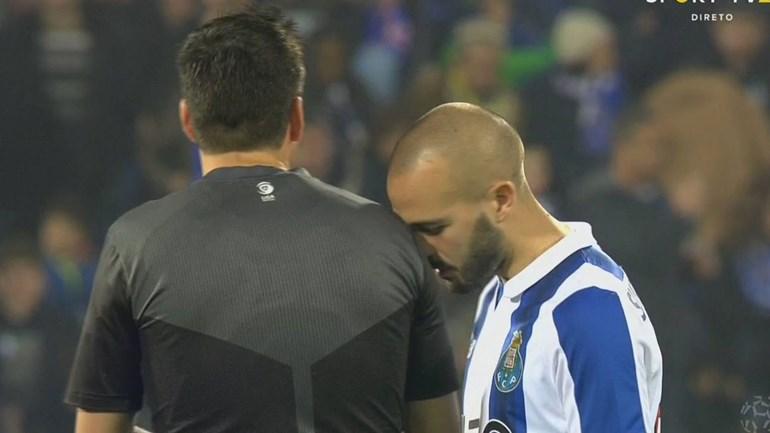 O que fez André André ao ombro do árbitro?