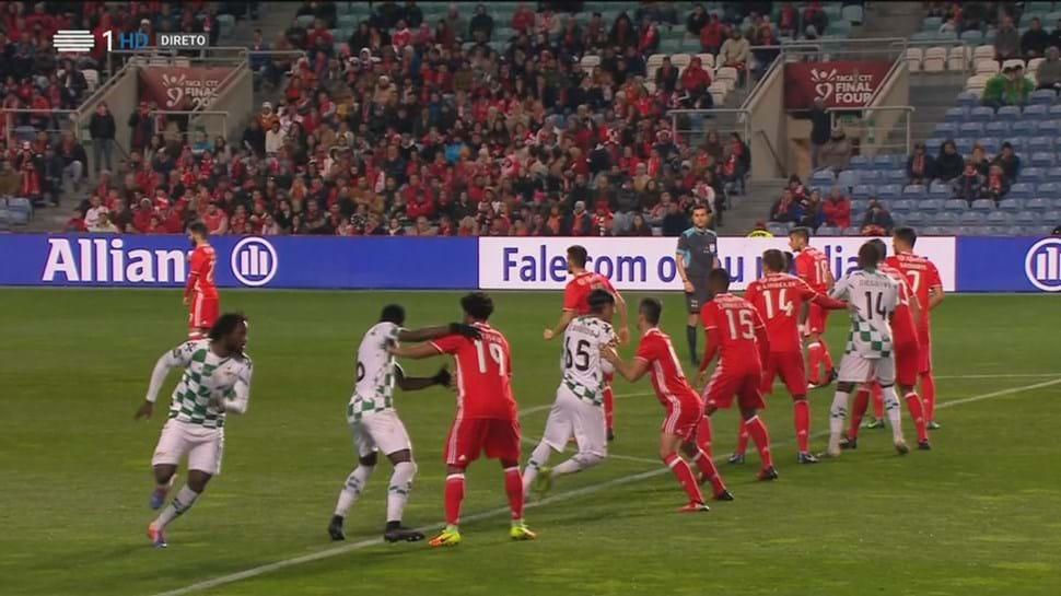 Eliseu ficou a pedir falta no segundo golo do Moreirense