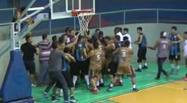 Quando um jogo de basquetebol se transforma em... boxe