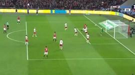 Foi este cabeceamento de Ibrahimovic que valeu a taça ao Manchester United