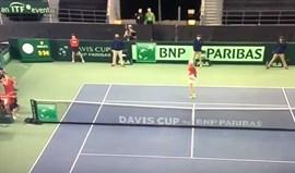 Drama na Taça Davis: Dá uma bolada no árbitro e o seu país acaba eliminado