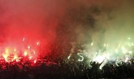 Adeptos do Saint-Étienne não pouparam nas tochas em Old Trafford
