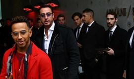 Lewis Hamilton atento à moda em Milão