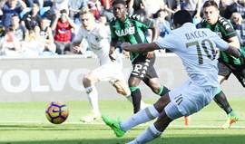 Milan triunfa com penálti de Bacca marcado de forma ilegal