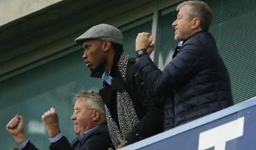 Drogba assistiu à vitória do Chelsea ao lado de Abramovich