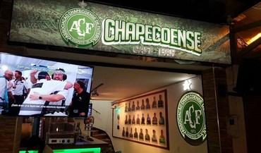 Casal colombiano cria bar em homenagem à Chapecoense