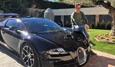 Um carrão e muito estilo: Cristiano Ronaldo à porta de casa