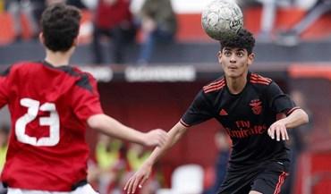 Benfica bate Sacavenense e não deixa fugir líder Sporting