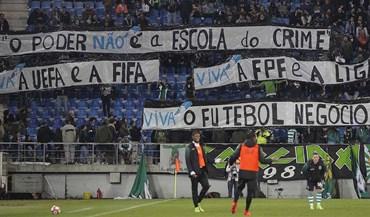 Adeptos do Sporting mostraram esta tarja na Amoreira