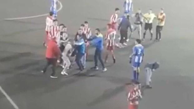 Adepto e árbitro à pancada em jogo de juvenis