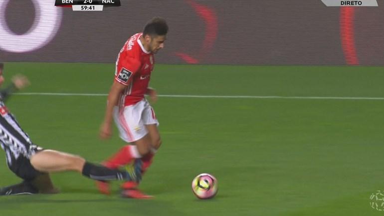 Jogadores do Benfica pediram vermelho por esta entrada sobre Salvio, que precisou de assistência