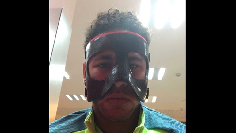 Neymar põe a máscara e 'brinca' no Instagram