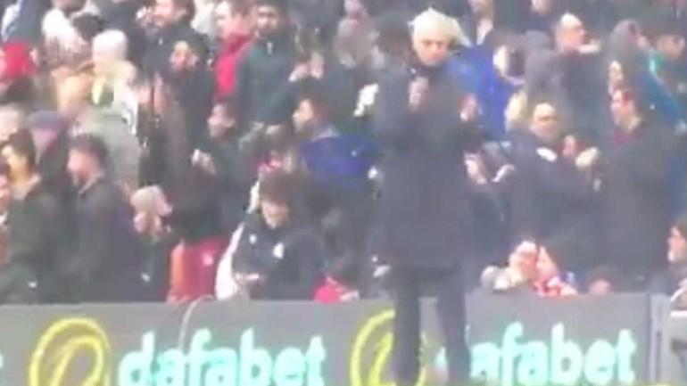 Ora veja lá bem a quem é que Mourinho está a bater palmas