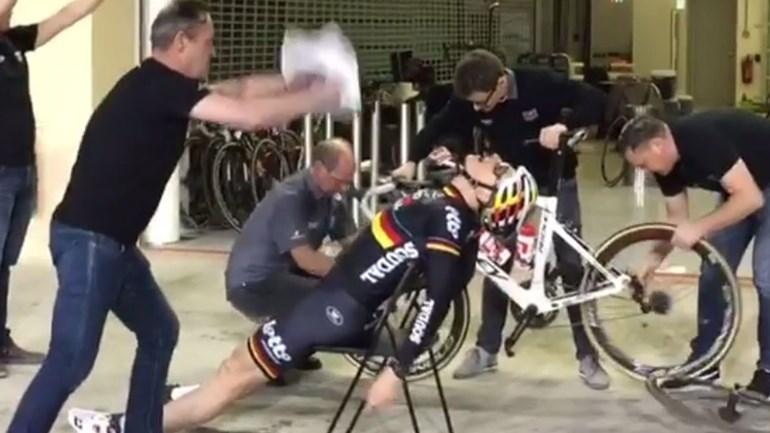 Assim se faz um 'pit stop'... em ciclismo!