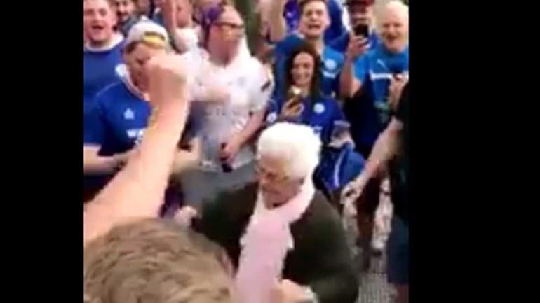 Adeptos do Leicester fazem a festa com... uma idosa