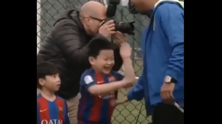 Criança chinesa tem reação imperdível antes de cumprimentar Ronaldinho