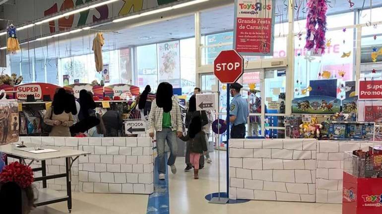 Muro em loja de brinquedos revolta Layun