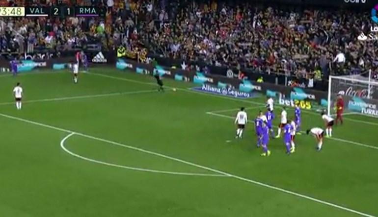 Na Catalunha acusam árbitro de tentar ajudar o Real Madrid neste lance