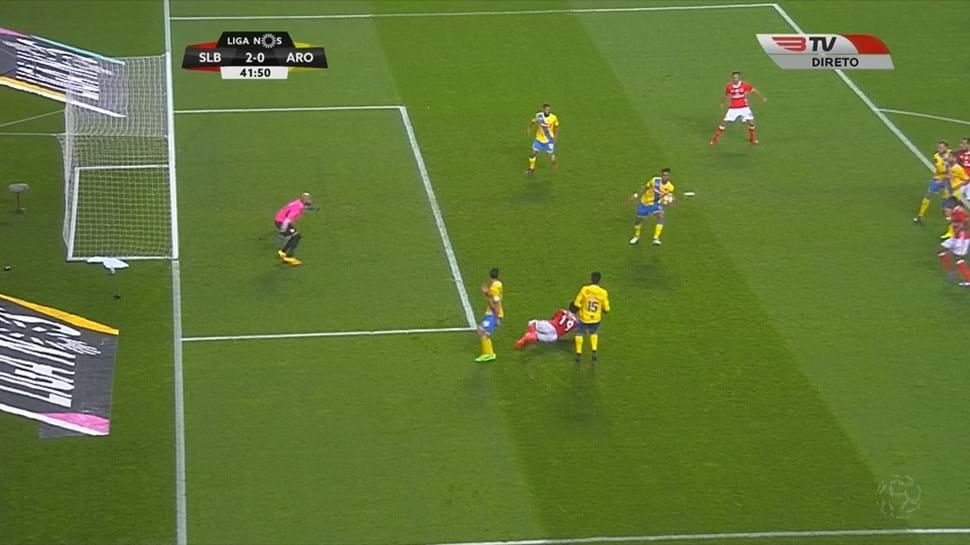 Benfica ficou a pedir penálti neste lance