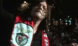 Ator de 'Walking Dead' em Lisboa... com o cachecol do Benfica
