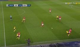 Banco do Benfica levantou-se todo a pedir segundo amarelo para Dembélé
