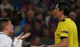 Árbitro do Barcelona-PSG não voltará a apitar nesta edição da Champions