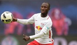 Naby Keita desmaia após o jogo do RB Leipzig
