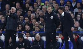 Quarto árbitro teve de separar José Mourinho e Antonio Conte