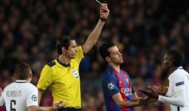 Árbitro do Barcelona-PSG suspenso? Não, foi só para o banco...