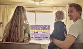 Nico Rosberg assiste ao GP Austrália com a família no sofá
