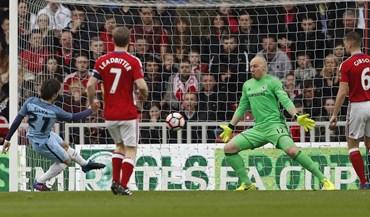 David Silva e Agüero apuram Manchester City para as 'meias'